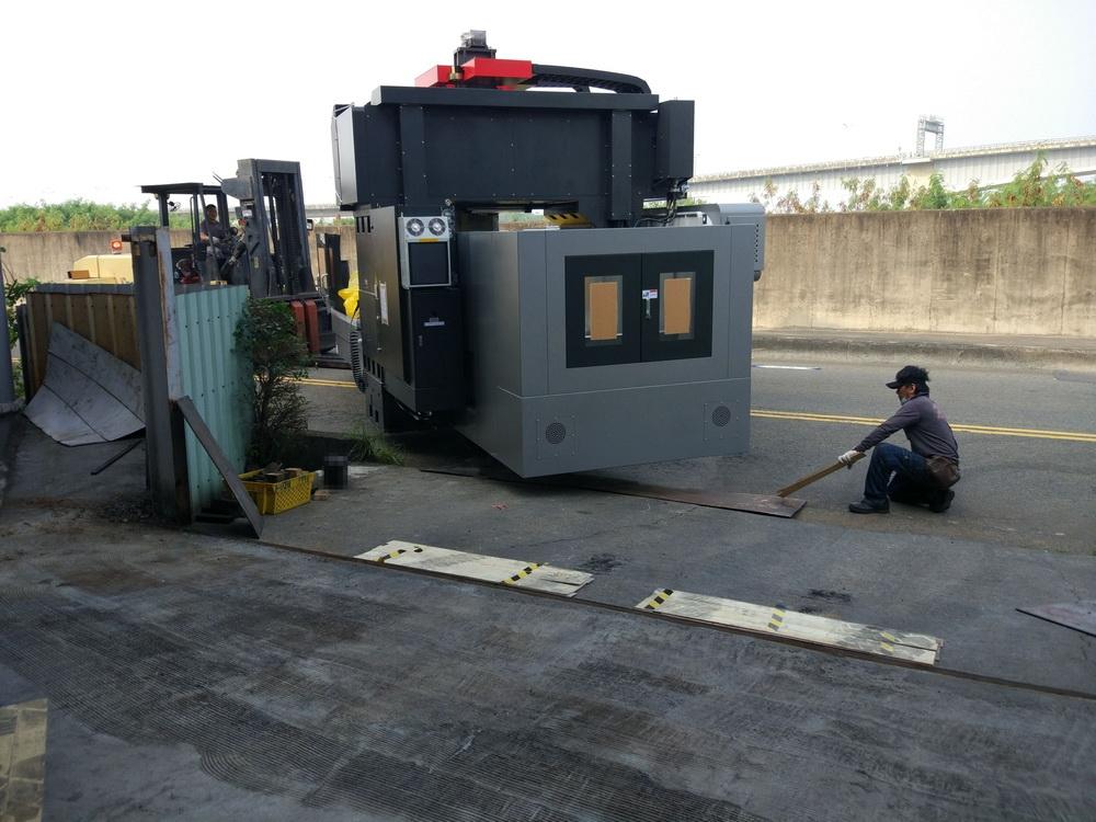 兩組龍門銑床交機安裝(上坡道)